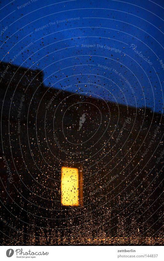 Fenster nachts Haus Gebäude Regen Wetter Häusliches Leben geheimnisvoll Fensterscheibe erleuchten Scheibe Mieter Erkenntnis Stadthaus Vermieter Glasscheibe