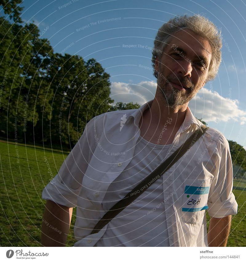 Sympathieträger Mann grün blau lachen Park Porträt Hemd Bekleidung sympathisch