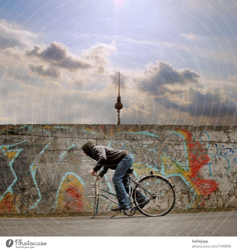 ein rad abhaben Mensch Mann Ferien & Urlaub & Reisen Berlin Mauer Kunst Zufriedenheit Fahrrad Stadt laufen Armut Geschwindigkeit verrückt kaputt Coolness Turm