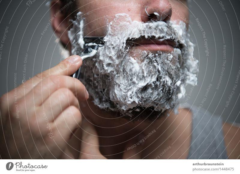 Mann bei Gesichtspflege Körperpflege Haare & Frisuren Rasieren Mensch maskulin Junger Mann Jugendliche Erwachsene Leben Bart 1 30-45 Jahre Schmuck Piercing