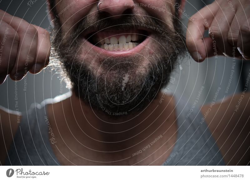 Mann zieht an Barthaaren Mensch Jugendliche schön Junger Mann Freude Gesicht Erwachsene Leben grau Haare & Frisuren maskulin Behaarung bedrohlich Körperpflege