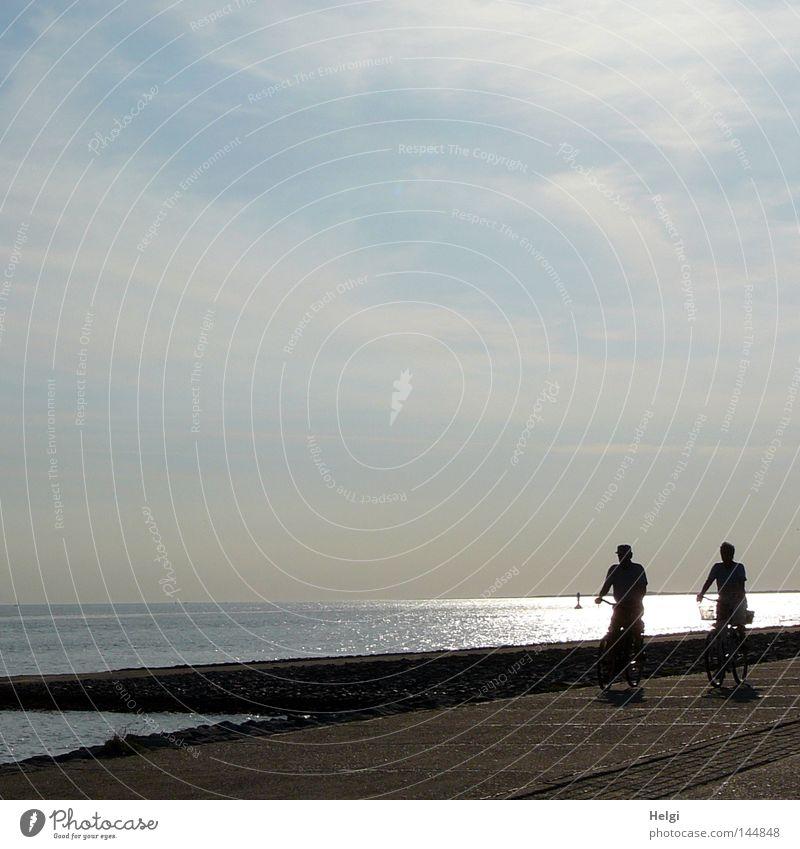 radeln am Meer... Fahrradfahren Rad Reifen Fahrradtour Mensch Paar Mann Arme Beine Hut Korb Fahrradausstattung Nordsee Insel Küste Wasser Abend Sonne Abendsonne