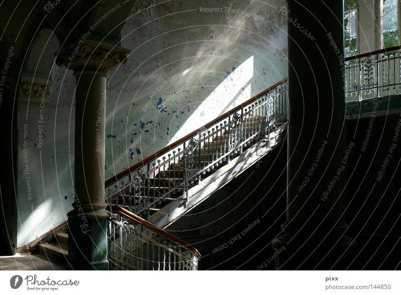 LichtVerhältnisse alt Farbe Mauer Gebäude Raum Architektur Treppe verfallen Etage historisch Flur Säule Torbogen unheimlich Bogen