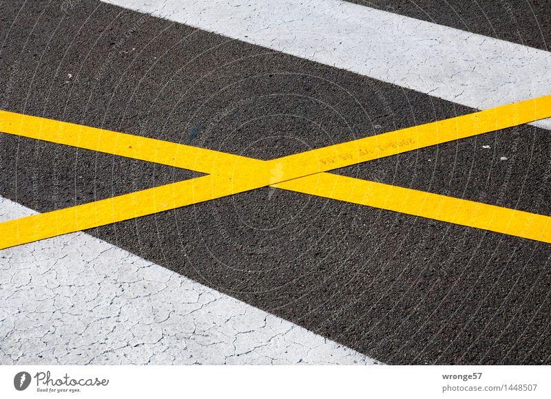 kreuz und quer Verkehr Verkehrswege Straße Verkehrszeichen Verkehrsschild Zeichen Schilder & Markierungen Kreuz Linie Streifen unten Stadt gelb schwarz weiß
