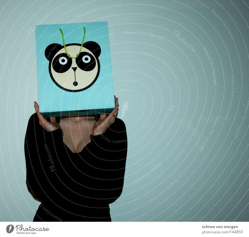 runde sache Frau Verpackung Bär türkis Hand Detailaufnahme Papier Gesicht Tiergesicht Tarnung Wand Rücken Perspektive Freude v-ausschnitt