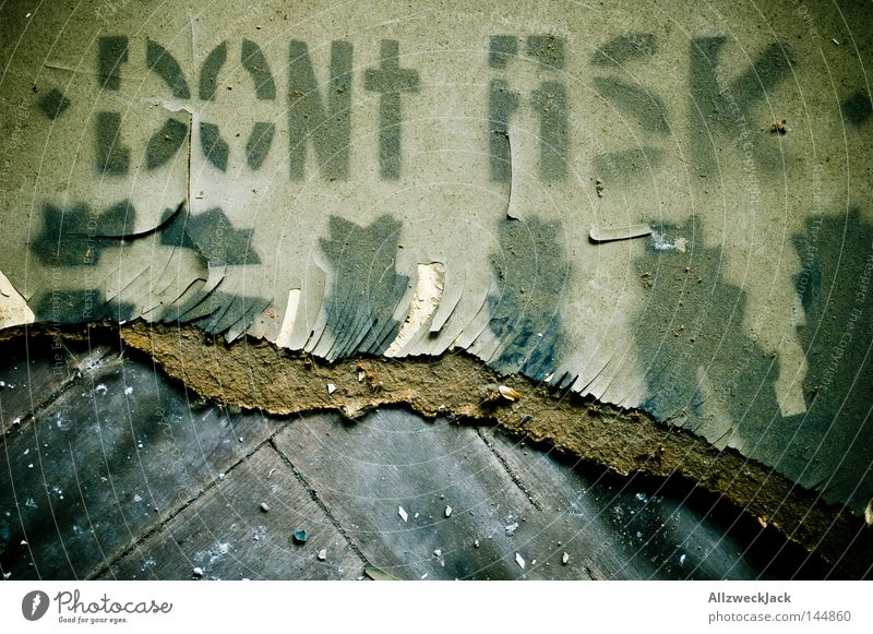 PDM 08 | don't ask! alt Graffiti gehen Angst dreckig laufen Schriftzeichen Bodenbelag Boden Hinweisschild Buchstaben Zeichen Warnhinweis Flucht Hinweis Panik
