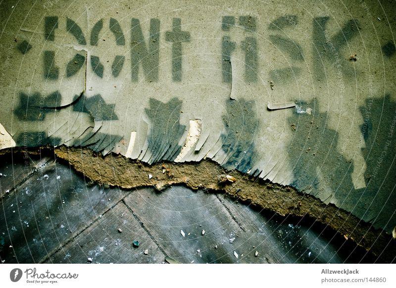 PDM 08 | don't ask! Schablone laufen Flucht Parkett Bodenbelag gehen Graffiti alt dreckig Buchstaben Schriftzeichen Aussage Hinweisschild Zeichen Warnhinweis