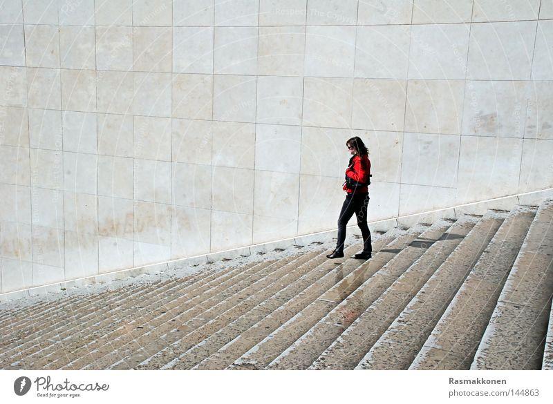 keep walking Frau Einsamkeit Mauer gehen nass sitzen Treppe Paris rothaarig
