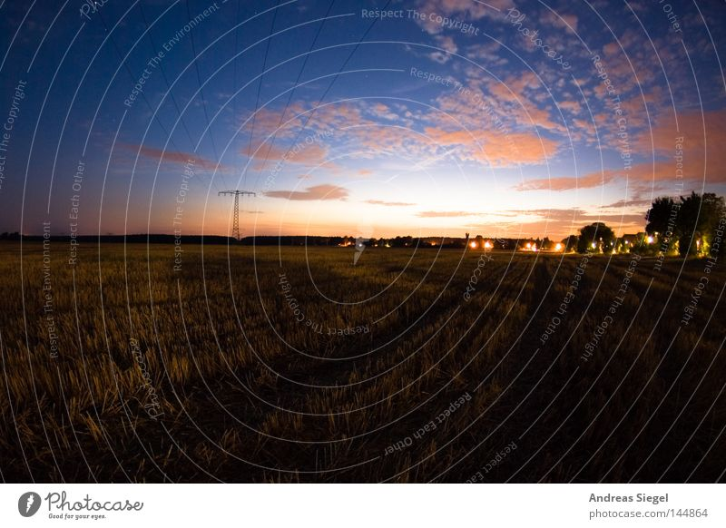 Abschied Himmel blau rot Wolken Feld Landwirtschaft Strommast Abenddämmerung Hochspannungsleitung Stoppel Nutzpflanze Stoppelfeld