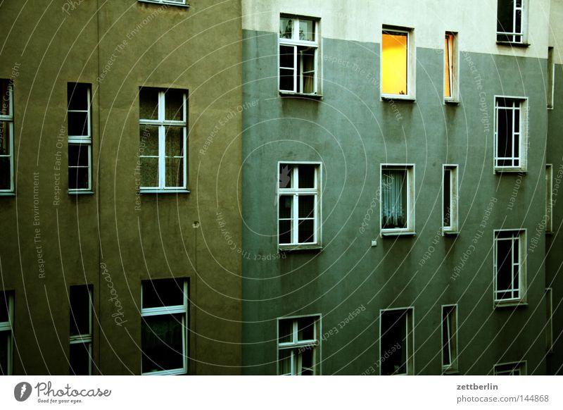 Fenster morgens Haus Berlin Gebäude Regen Häusliches Leben geheimnisvoll erleuchten Hinterhof Mieter Hof Erkenntnis Stadthaus Vermieter aufstehen