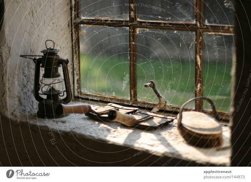 ZEITfenster Fenster Lampe Öllampe Bürste Stall Pferd Pferdestall alt Romantik Fröhlichkeit optimistisch
