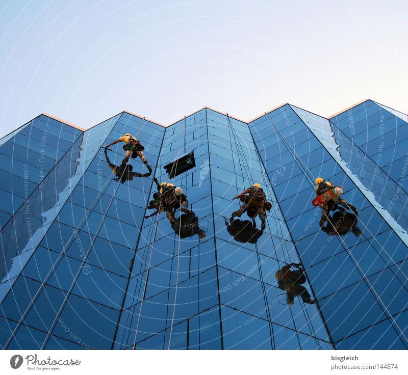 Fensterputzer Mensch Himmel Haus Arbeit & Erwerbstätigkeit Glas Hochhaus gefährlich Klettern Gebäude Beruf Vertrauen Dienstleistungsgewerbe