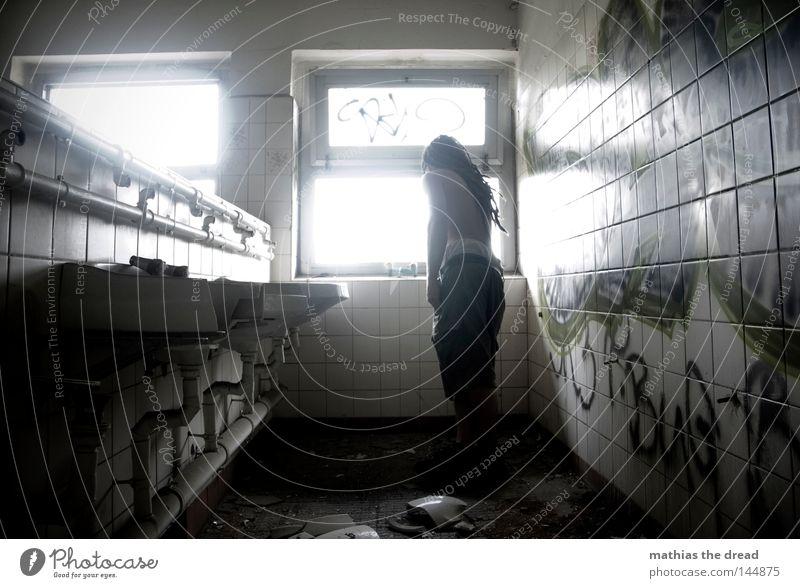 BLN 08 | KATZENWÄSCHE Fenster Licht Sonnenlicht grell Beleuchtung weiß Schatten Silhouette Eisen Eisenrohr Röhren gekrümmt geschwungen Einsamkeit brennen