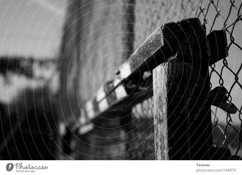 Bolzplatz alt Holz verfallen Verfall Holzbrett Barriere schäbig gebrochen Anschnitt Bildausschnitt Tor Pfosten Fußballtor Maschendrahtzaun morsch Lattenkreuz