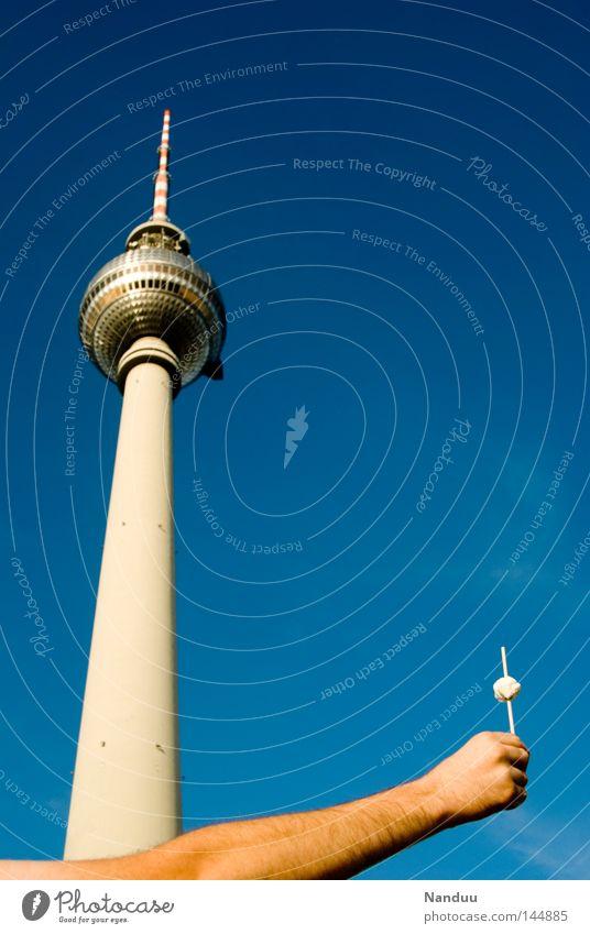 Souvenir Hand Sommer Berlin Architektur klein Deutschland Arme maskulin groß Tourismus Turm festhalten lang Schönes Wetter Denkmal Wahrzeichen