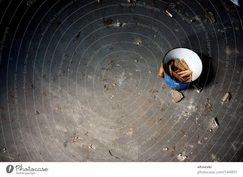 Wäscheklammern mit Kippe Eimer blau weiß grau festhalten Klammer Bodenbelag Stein Dachboden trocknen aufhängen staubig Einsamkeit trist dreckig Zigarette obskur
