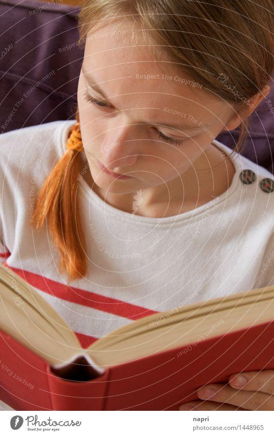 Lies mal wieder Bildung Schüler feminin Jugendliche 1 Mensch 13-18 Jahre Buch lesen lernen authentisch aufregend Konzentration Farbfoto Innenaufnahme Tag