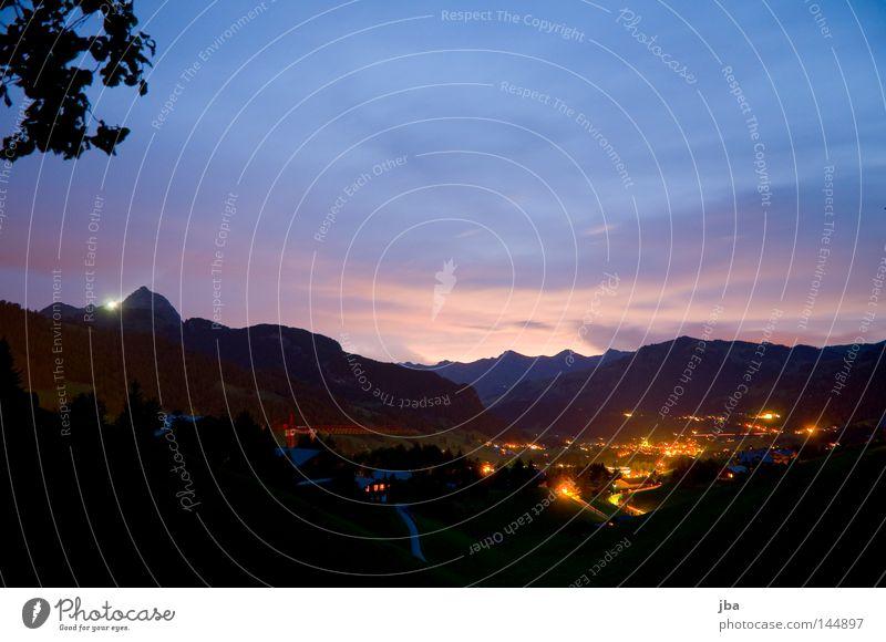 Abendstimmung Stimmung Sonnenuntergang Abenddämmerung untergehen Dorf Licht Berge u. Gebirge Wolken rosa blau Lampe Haus Blatt Geäst Zweige u. Äste verdeckt
