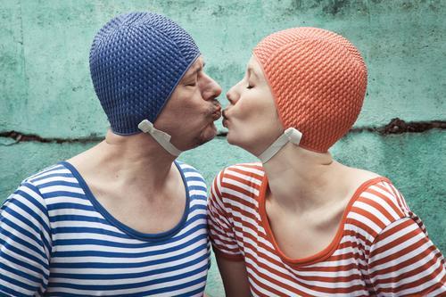 synchronküssen Schwimmbad Ferien & Urlaub & Reisen Sommerurlaub Schwimmen & Baden Frau Erwachsene Mann Paar Partner 2 Mensch 30-45 Jahre Bikini Badehose
