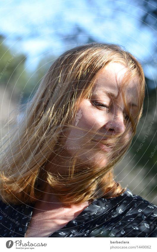 blaumachen   am See Mensch Frau Natur Wasser Sonne Erholung ruhig Freude Erwachsene Wärme Gefühle feminin Stimmung hell Freizeit & Hobby
