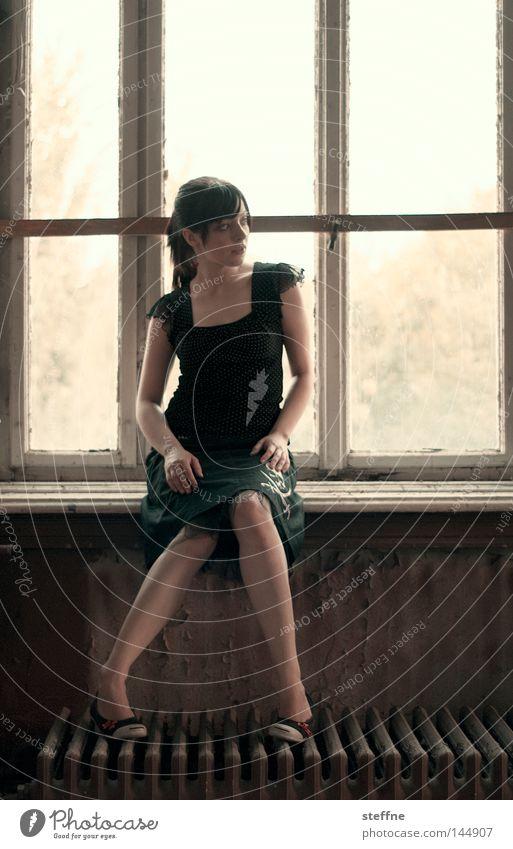 Fensterplatz Fensterbrett Porträt Frau Junge Frau Gegenlicht verträumt Romantik schön Fensterrahmen Haus Raum Rockabilly