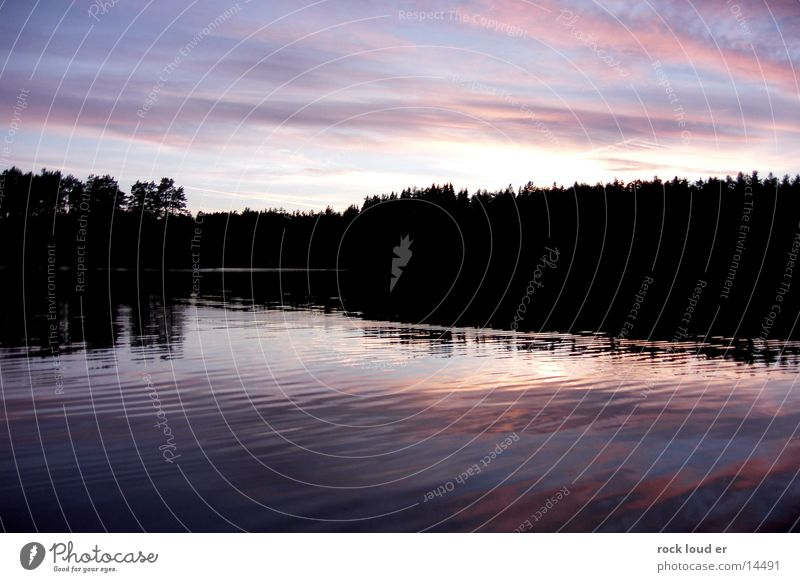 Magenta Blur Wasser Himmel schwarz Wolken Wald See mystisch Abenddämmerung Norwegen magenta Farbenspiel