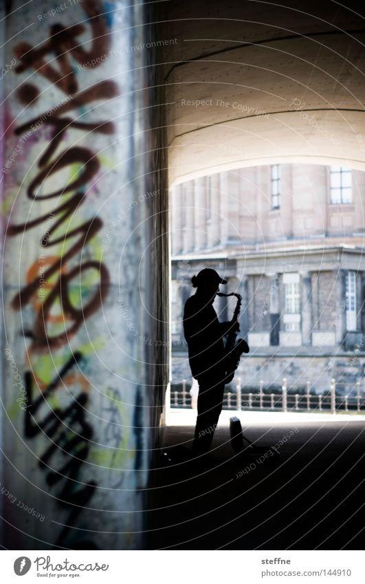 SAX off the BEACH Mann Freude Musik Graffiti Brücke Konzert Musiker Unterführung Saxophon Straßenmusiker
