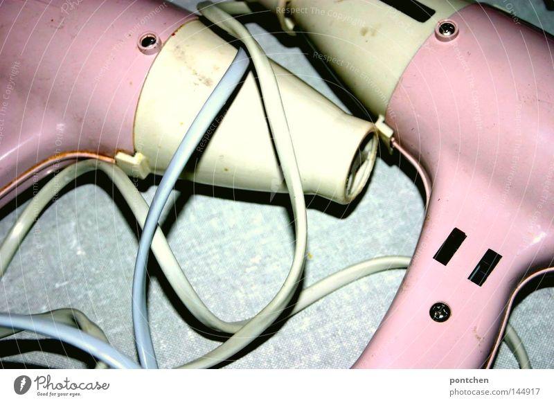 Objektliebe. Zwei rosa föhns des gleichen Modells liegen auf einer grauen Unterlage. Vintage. Zwillinge, Liebespaar, symbolik Haare & Frisuren Bad Friseur Kabel
