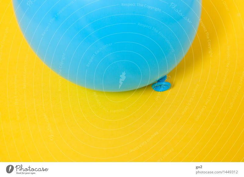 Blau auf Gelb blau Farbe Freude gelb Feste & Feiern fliegen Party frisch Dekoration & Verzierung Geburtstag Fröhlichkeit ästhetisch einfach rund Luftballon
