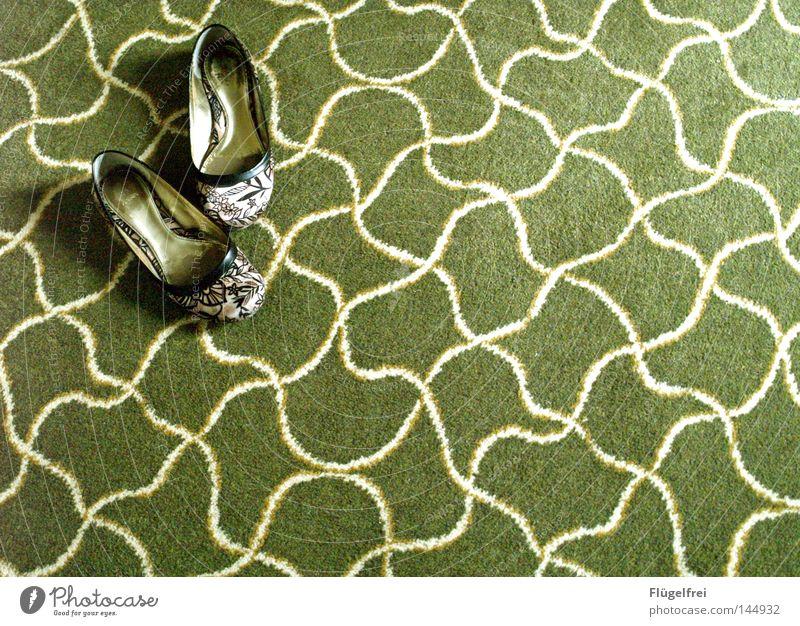 Die Schuhe der Froschkönigin alt grün weiß Blume Wiese Beleuchtung Bewegung gehen glänzend 2 Wellen gold paarweise laufen leer Kommunizieren