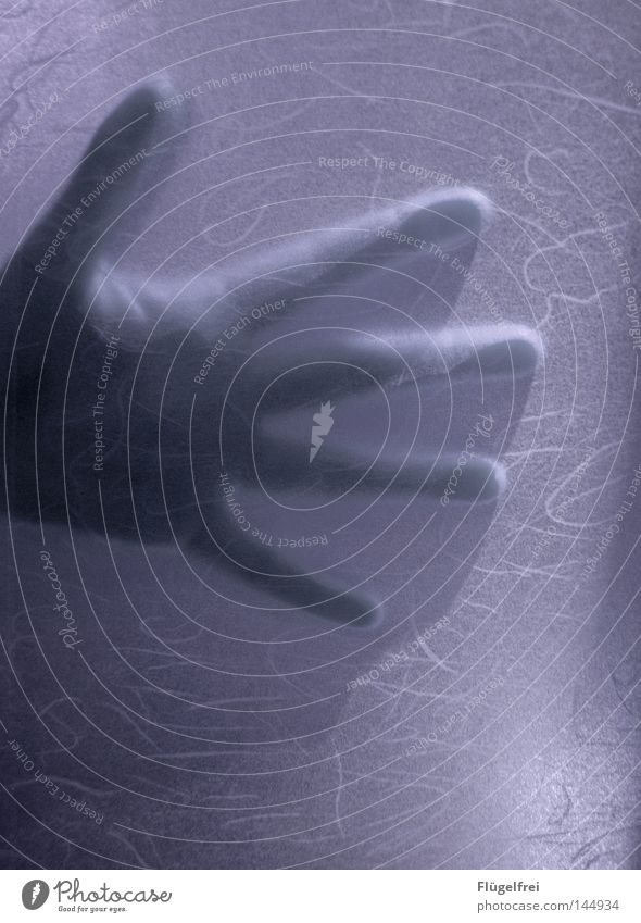 Wie von Geisterhand Mensch Hand Finger berühren bedrohlich dunkel kalt violett Schutz Tod Angst geheimnisvoll erschrecken ausgestreckt Geister u. Gespenster