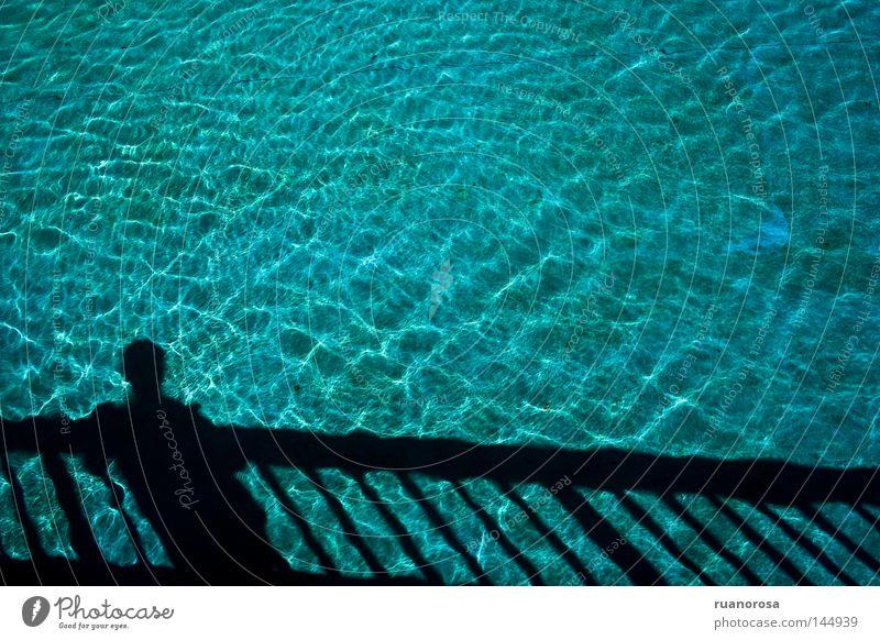 Mensch Mann blau Wasser Sommer Brücke Schwimmbad Gelassenheit Treppengeländer Erfrischung Teich Windstille Springbrunnen Wasserfontäne Brunnen verflossen