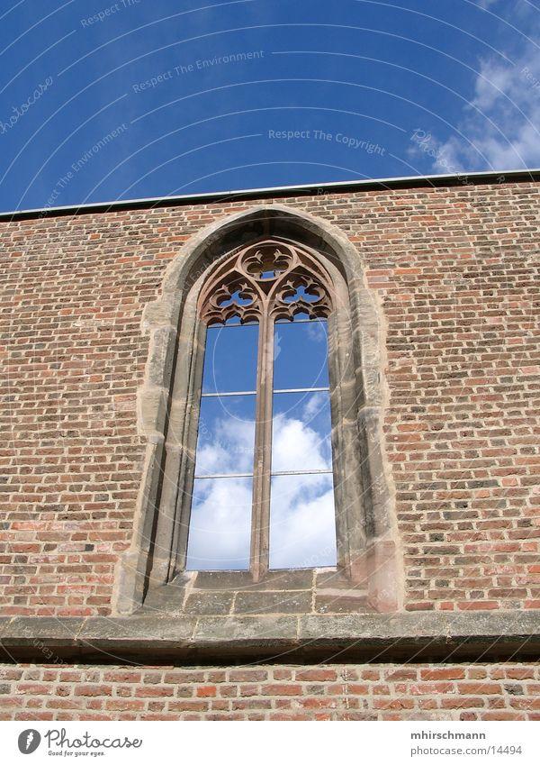 Fenster zum Himmel Kirchenfenster Wölbung Mauer Wolken Gotteshäuser Religion & Glaube blau Stein