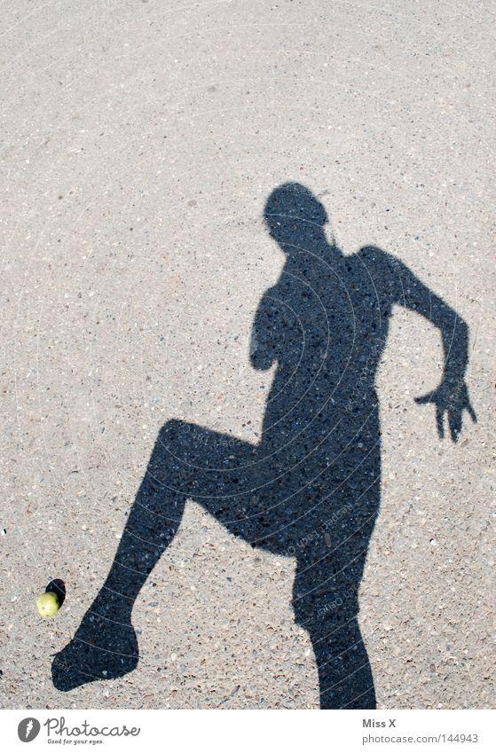 weg damit Farbfoto Schatten Silhouette Apfel Spielen Frau Erwachsene Hand Fuß Schönes Wetter Straße Wege & Pfade Stein grau schwarz Schuss schießen treten