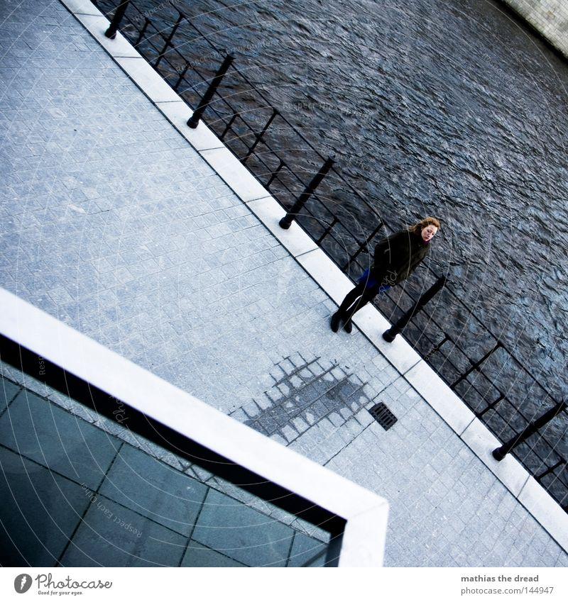 SIRENE Frau Winter trüb grau stehen Wind Wetter schön warten Geländer ungemütlich Spree Fluss Ecke Wasser Herbst einzeln 1 Flussufer Vordach Architektur
