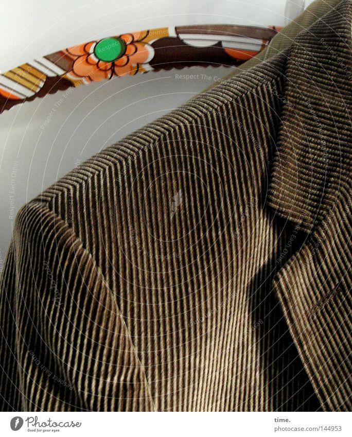 Neuer Tag. Neues Glück. Bekleidung Jacke Streifen hängen seriös braun Ordnung gestreift Naht Kragen Kleiderbügel Cord Riffel aufgehängt Anzugjacke edel Farbfoto
