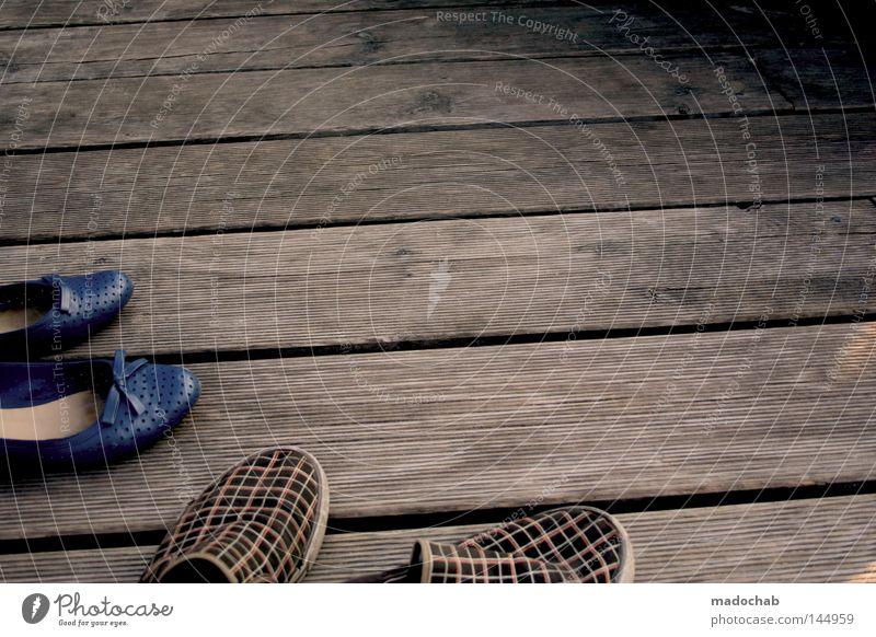 barfuß Mann Ferien & Urlaub & Reisen Sommer Strand Einsamkeit Erholung Herbst Spielen Holz Küste Zusammensein Schuhe maskulin Ausflug paarweise leer