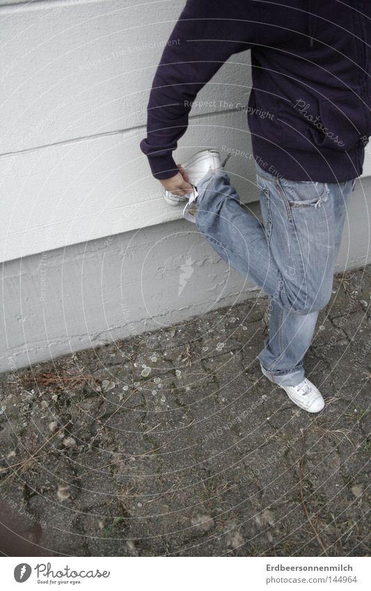 wenn der Schuh drückt Freude Wand Fuß Schuhe Beine Beine Kunst Jeanshose Kultur Hose Jacke Jeansstoff Verkehrswege Bordsteinkante unsicher