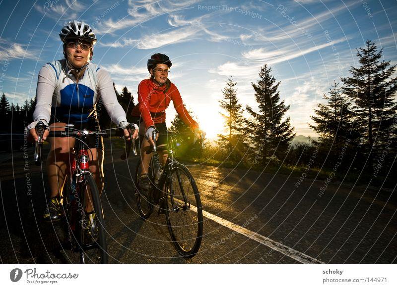 sehr früh am morgen ... Frau blau rot Ferien & Urlaub & Reisen Freude Straße Sport Spielen Berge u. Gebirge Paar Fahrrad Freizeit & Hobby Geschwindigkeit fahren Alpen Morgen