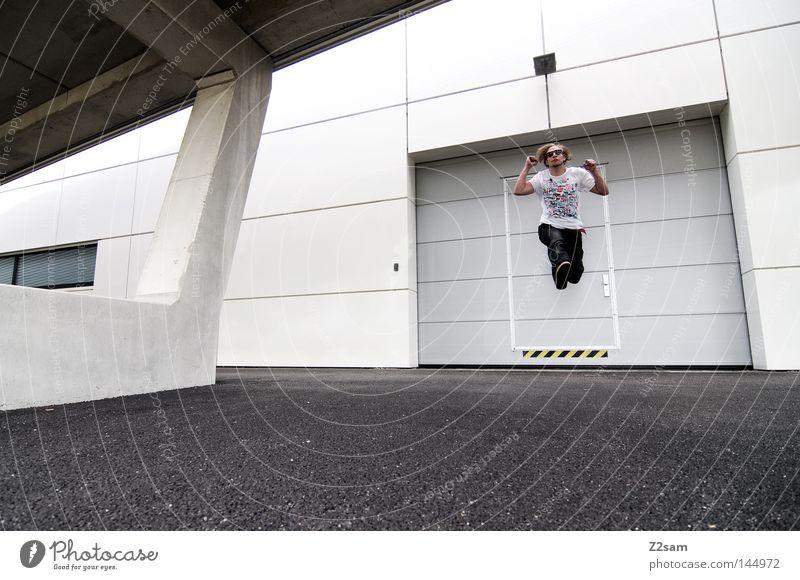 straight4ward Mensch Mann weiß Stadt springen Stil Lampe hell Linie Zufriedenheit fliegen Beton modern maskulin verrückt