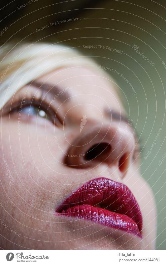 Rote Lippen... Mund Nase Augenbraue blond Lippenstift Kussmund Küssen Frau Jugendliche Sex-shop Haut schön Schmatz Zärtlichkeiten Oberlippe Unterlippe