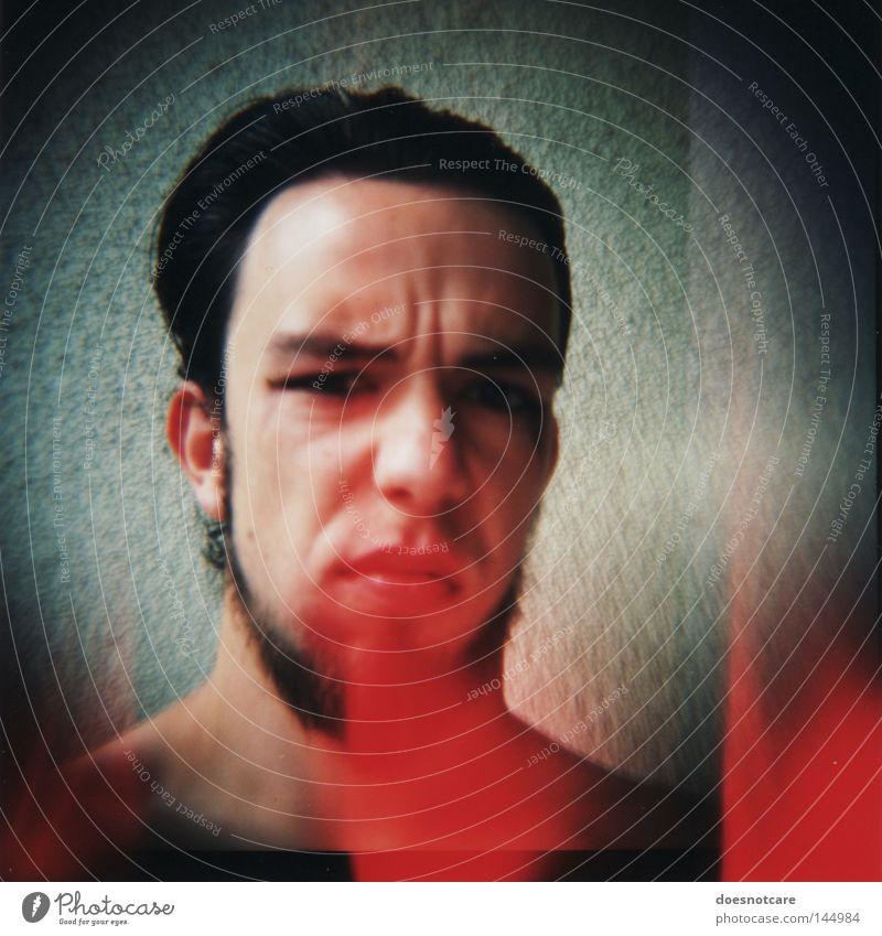 sperrmüll. (ich gehe nicht mit.) Mensch Mann Jugendliche rot schwarz Erwachsene Haare & Frisuren maskulin gefährlich kaputt 18-30 Jahre Lomografie bedrohlich