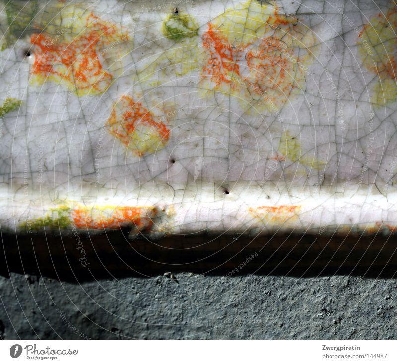 Blumentopf Topf Behälter u. Gefäße orange weiß grün hellgrün lackieren Farben und Lacke Riss Borte grau Am Rand Oberfläche Stein Makroaufnahme trist Langeweile