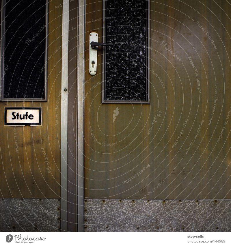 Vorsicht aufsteigen Holz Aluminium Griff aufmachen schließen eintreten urinieren Durchgang Portal Doppeltür Wort Hinweisschild Detailaufnahme Warnhinweis