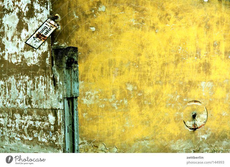 Achtung Ausfahrt Respekt Schilder & Markierungen Hinweisschild Zeichen Warnhinweis Information Mitteilung Einfahrt Tor Pfosten Tür Wand Mauer Altbau Haus Putz