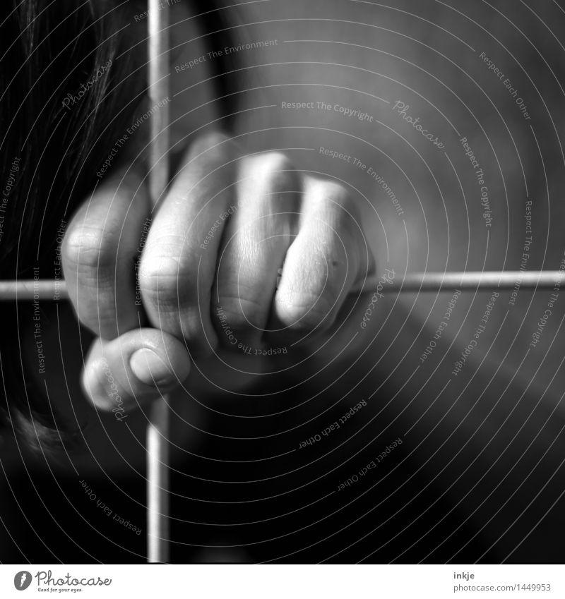 # Mensch Hand dunkel Erwachsene Leben Traurigkeit Gefühle Stimmung Linie Metall Angst festhalten Grenze Kreuz Verzweiflung Krieg