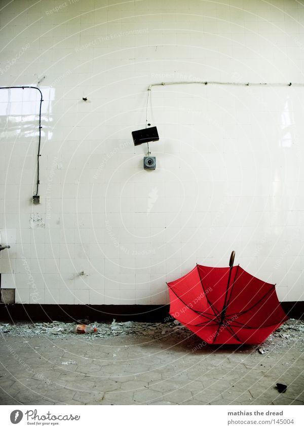 DER SOMMER IST VORBEI Regenschirm Schirm Sonnenschirm rot Dinge Wetter nass Physik feucht vergessen Einsamkeit Tür bewegungslos Tod Menschenleer Griff aufmachen