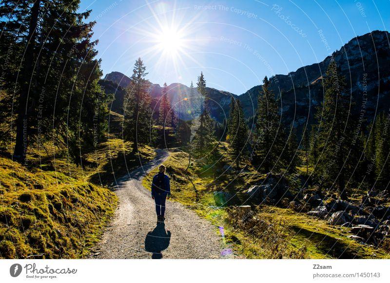 Nicht mehr weit Freizeit & Hobby Ferien & Urlaub & Reisen Ausflug wandern feminin Junge Frau Jugendliche 30-45 Jahre Erwachsene Natur Landschaft Himmel Sonne