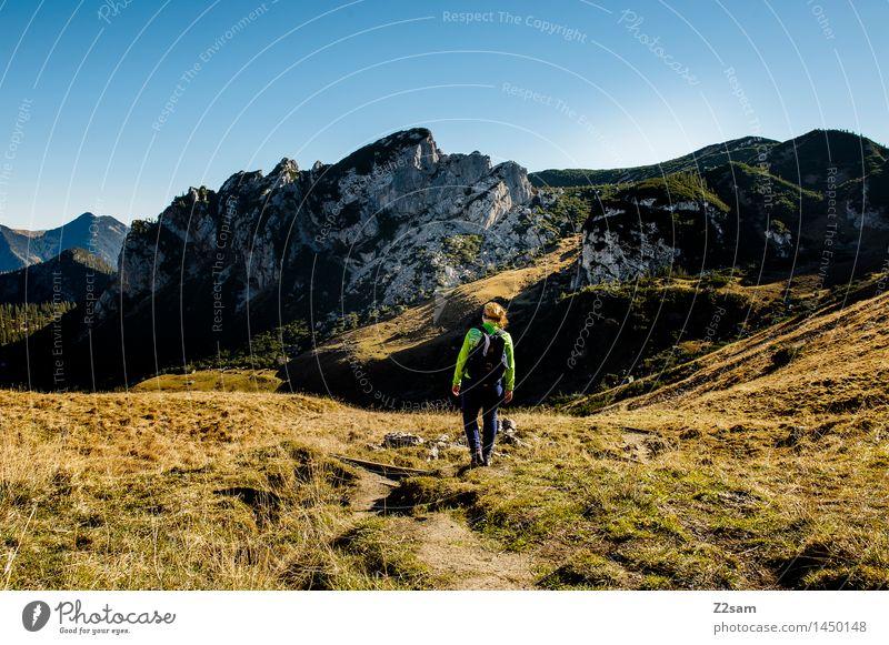 Talwärts Himmel Natur Jugendliche Junge Frau Erholung Landschaft ruhig 18-30 Jahre Berge u. Gebirge Erwachsene Herbst Wiese natürlich Stil Lifestyle gehen