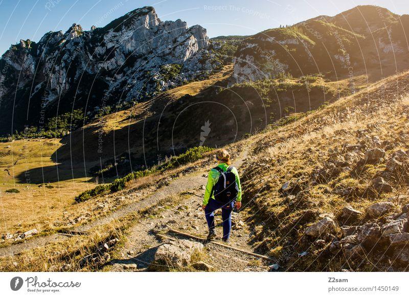Abstieg Natur Jugendliche blau grün Junge Frau Sonne Erholung Landschaft ruhig 18-30 Jahre Berge u. Gebirge Erwachsene Herbst natürlich feminin gehen